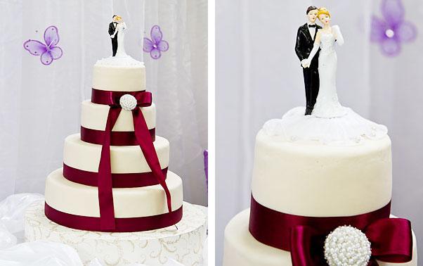 Tort alb simplu cu panglica si brosa
